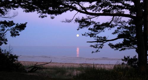 Mēness jūrā grimst